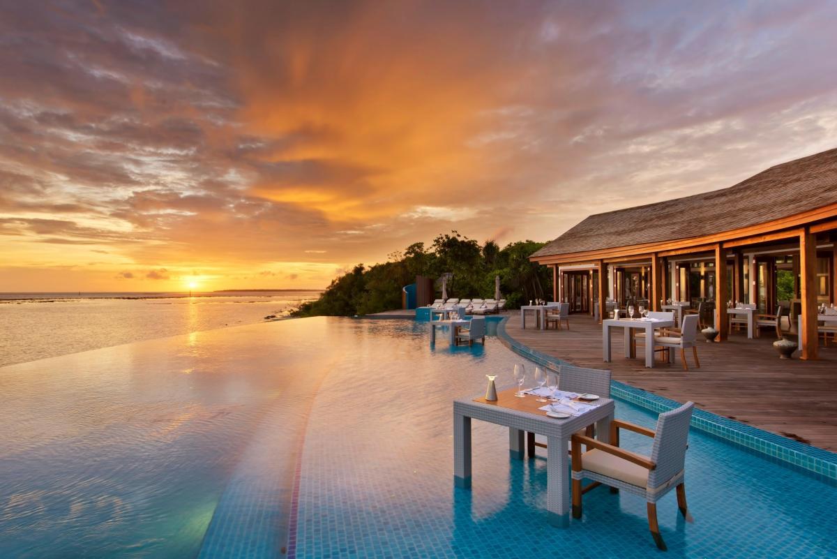 resort-de-luxe-maldives-piscine-sunset